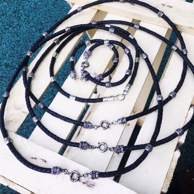 чокер, шнур, гайтан на шею под подвеску, кулон из натуральной плетеной кожи (черной) толщиной 6 мм с наконечниками в виде головы медведя из серебра подарок парню мужчине