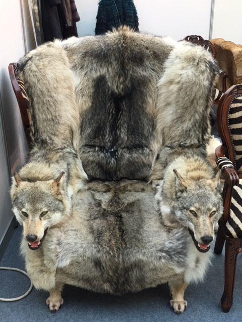 Кресло из меха якутского волка с подлокотниками - две головы волка - поистине царское кресло! Только настоящему лидеру, руководителю, ценителю волков подарок парню мужчине лидеру руководителю воину полковнику генералу мужу любимому брату отцу  на Новый год день рождения 23 февраля для дома офиса