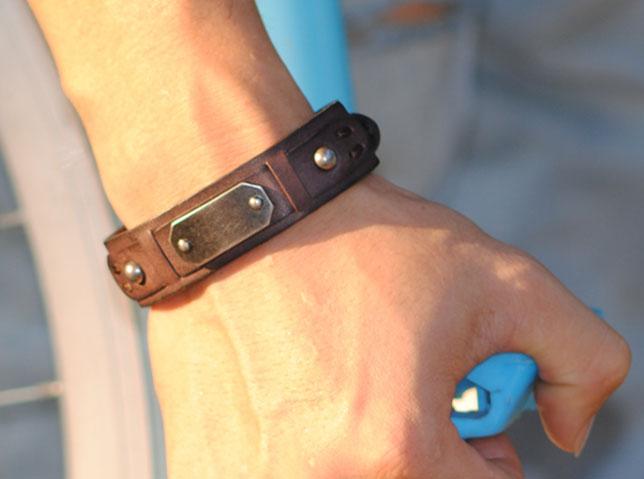 Кожаный браслет с металлической вставкой своими руками 98