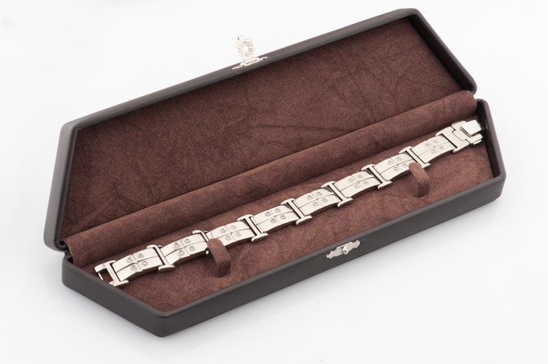 Стильная подарочная коробочка для мужского браслета из титана