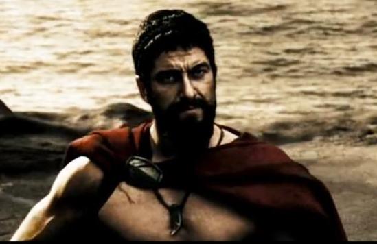 В фильме «Триста спартанцев» царь Леонид с амулетом на шее - клык волка