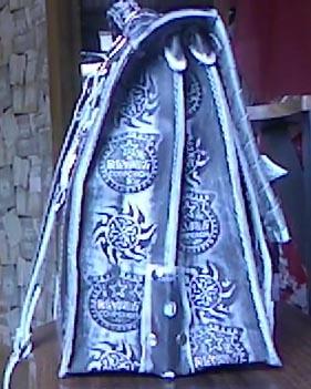 Портфель из натуральной кожи с тиснением подарок мужчине парню ручная работа вид сбоку