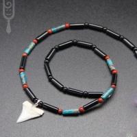 Ожерелье-амулет с бусинами красной яшмы, черного агата, варисцита  и зубом белой акулы