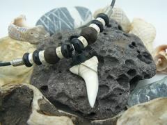Амулет с зубом Акулы Мако с позвонками и бусинами