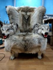 Кресло из шкуры волка с подлокотниками - голова волка (рыжие)