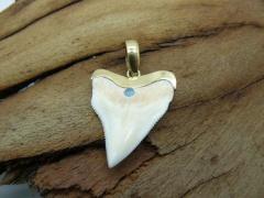 Кулон-подвеска зуб бычьей акулы с настоящим голубым опалом золото 24 карат 5 мкрн