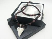 Ожерелье-амулет с бусинами граната, черного агата  и зубом белой акулы