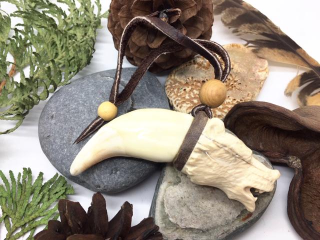 Клык медведя резная голова из бивня мамонта